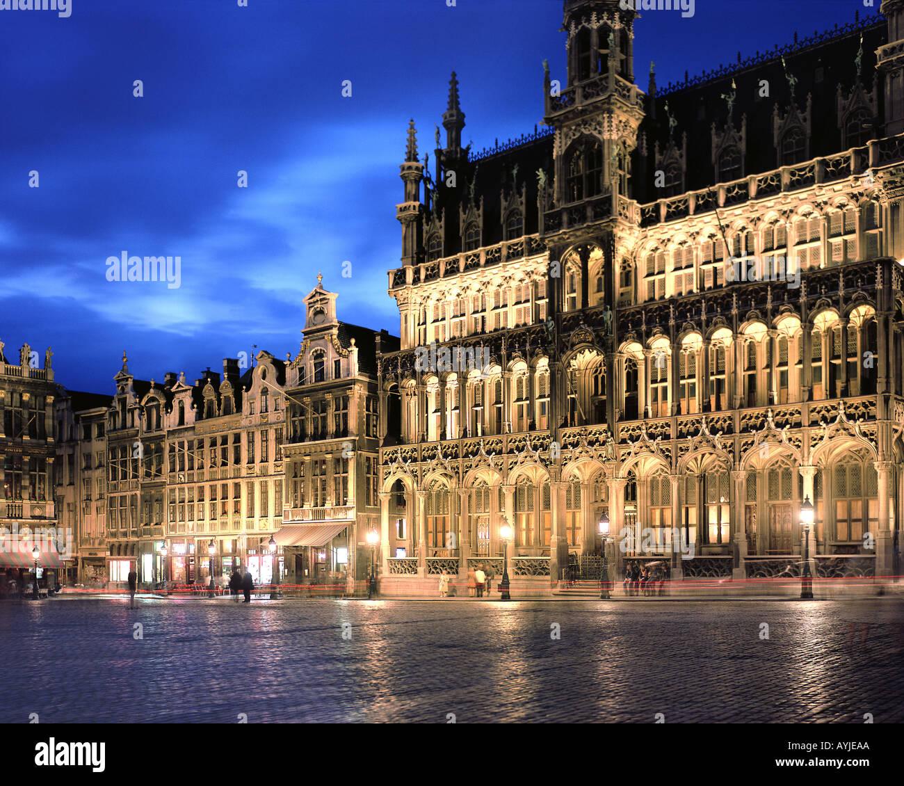 BE - BRUXELLES: Grand Place bei Nacht Stockbild