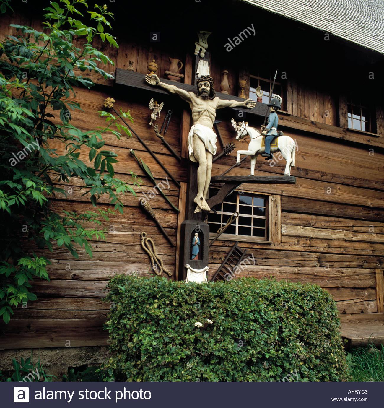 Freilichtmuseum Vogtsbauernhof, Kruzifix bin Hippenseppenhof, Gutach (Schwarzwaldbahn), Schwarzwald, Baden-Württemberg Stockbild