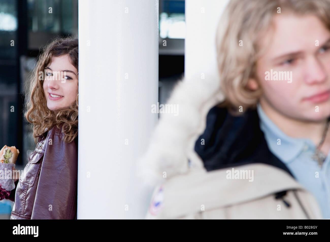 Teenager-Mädchen beobachten junge Säule gelehnt Stockbild