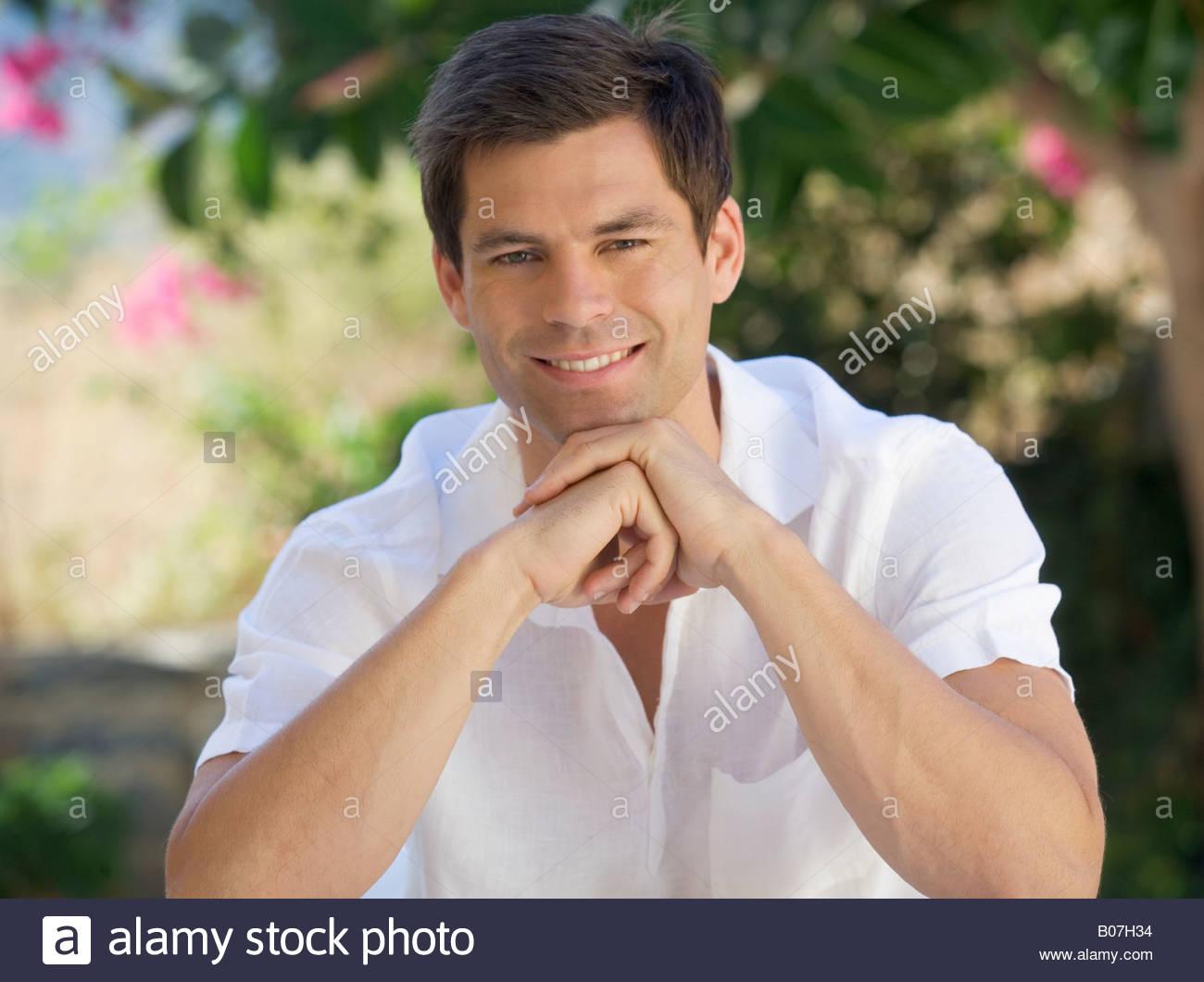 Porträt eines Mannes entspannend Stockbild