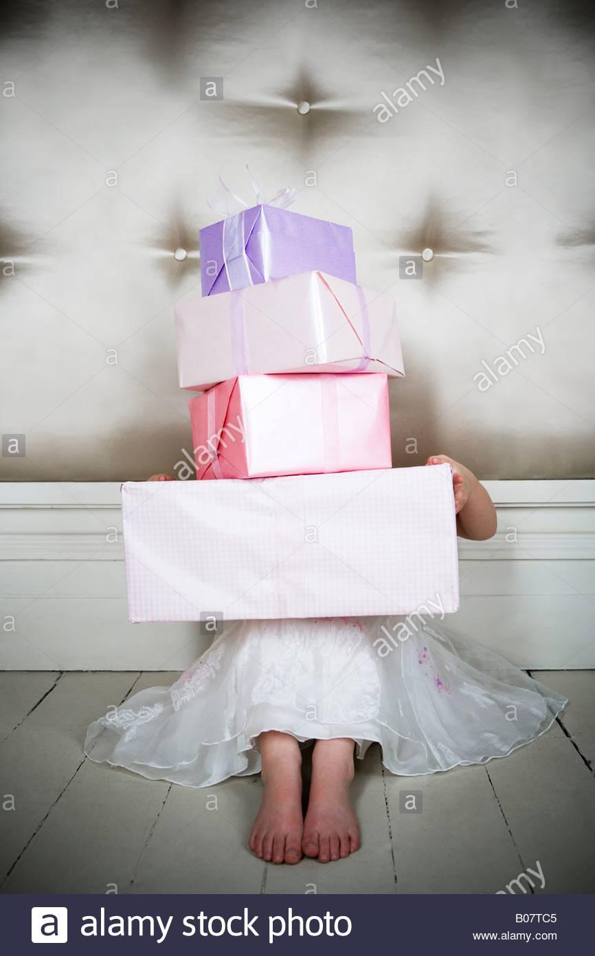 Kleines Mädchen mit Geburtstagsgeschenke Stockfoto