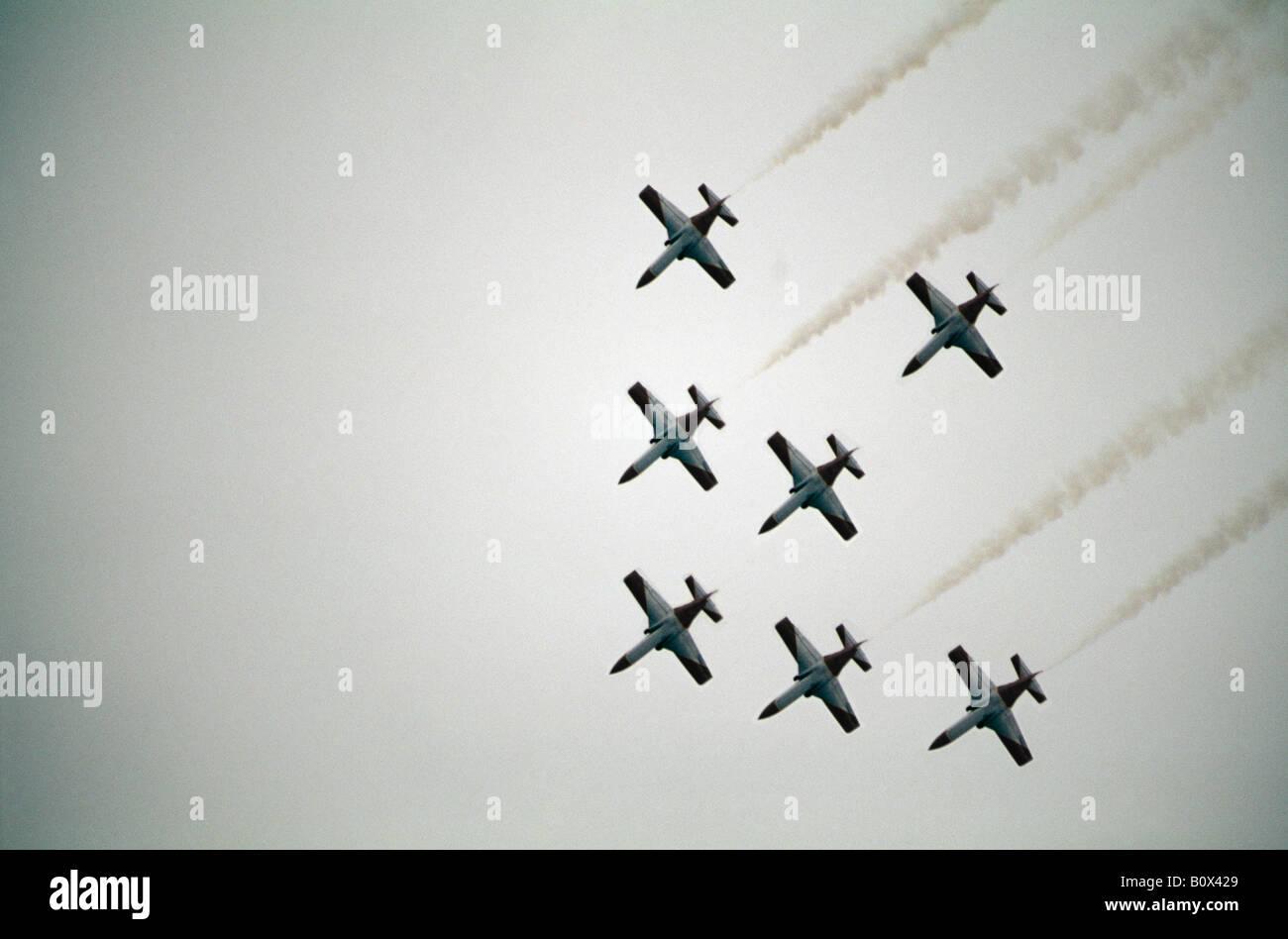 Mittelgroße Ansammlung an militärische Flugzeuge fliegen in Formation, Österreich Stockbild