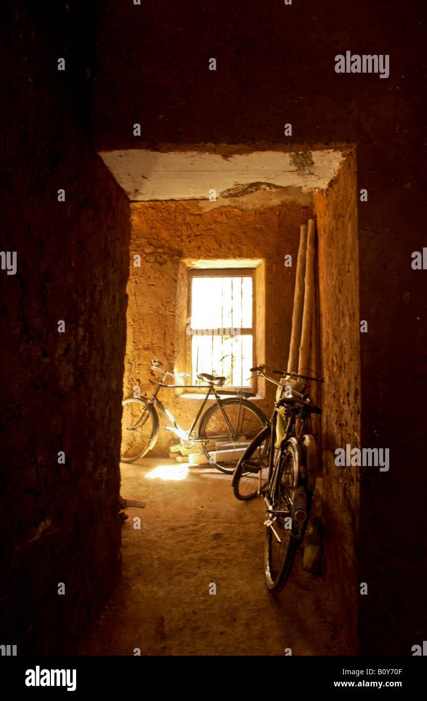 leichte warme gelbe Stone Town im Inneren Stockfoto