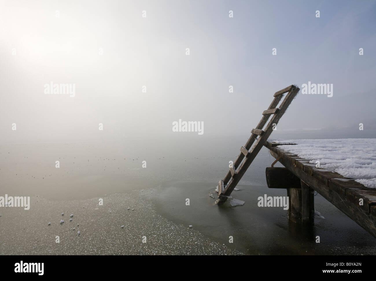 Deutschland, Bayern, Murnau, Holzsteg am See Stockbild