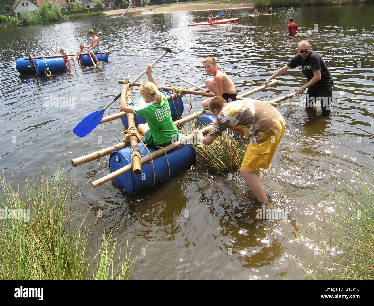 schülerinnen und schüler bauen und schwimmenden floß stockfoto, bild