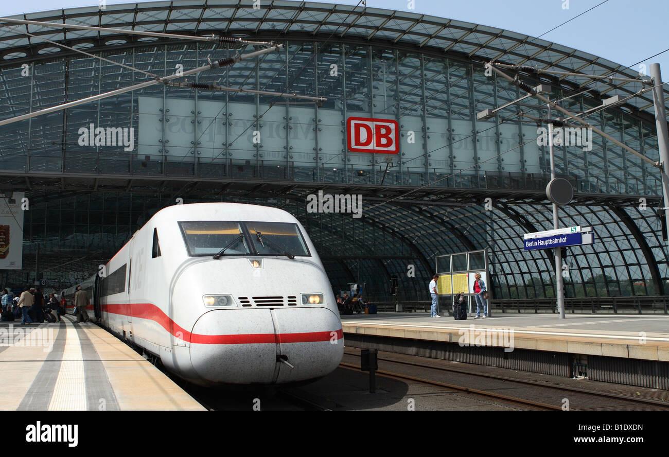 Berlin Deutschland high-Speed-Deutsche Bahn ICE-Zuges in der modernen Hauptstadt Hauptbahnhof Hauptbahnhof Stockbild