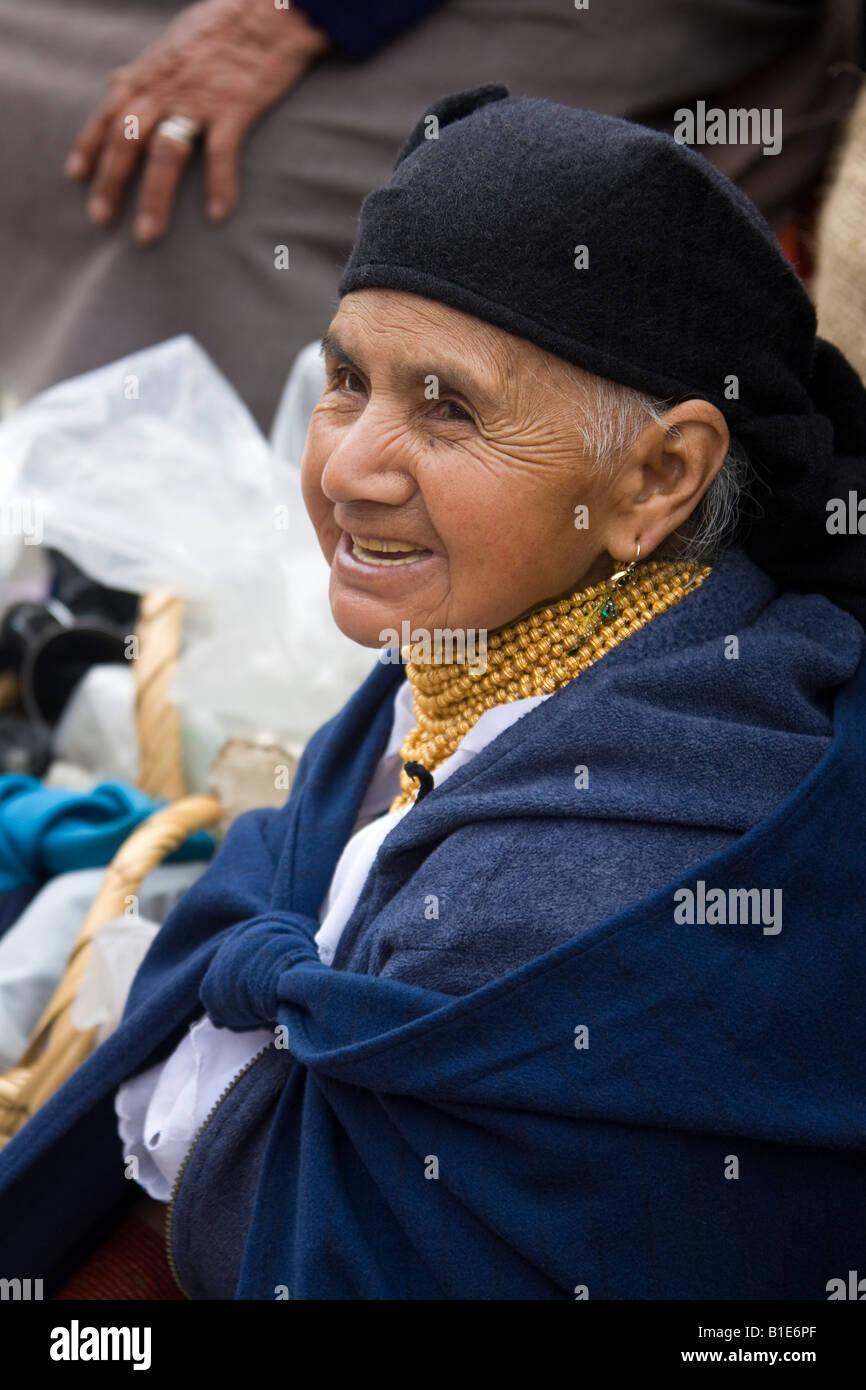 Ecuadorianische Seniorin auf Otavalo Markt im Norden Ecuadors Stockbild