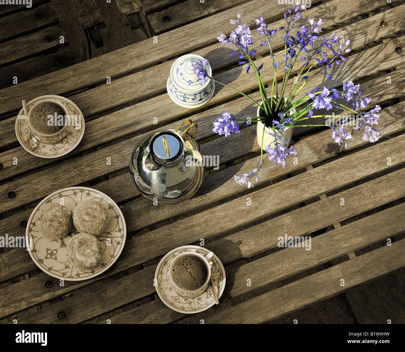 LIFESTYLE: Couchtisch mit Blumen Stockbild