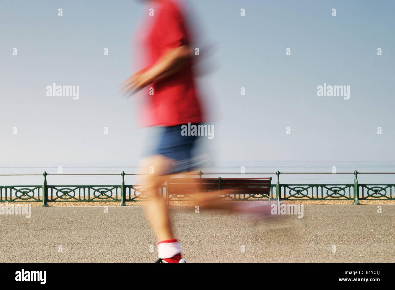 Mann, jogging am Strand von Brighton Stockbild