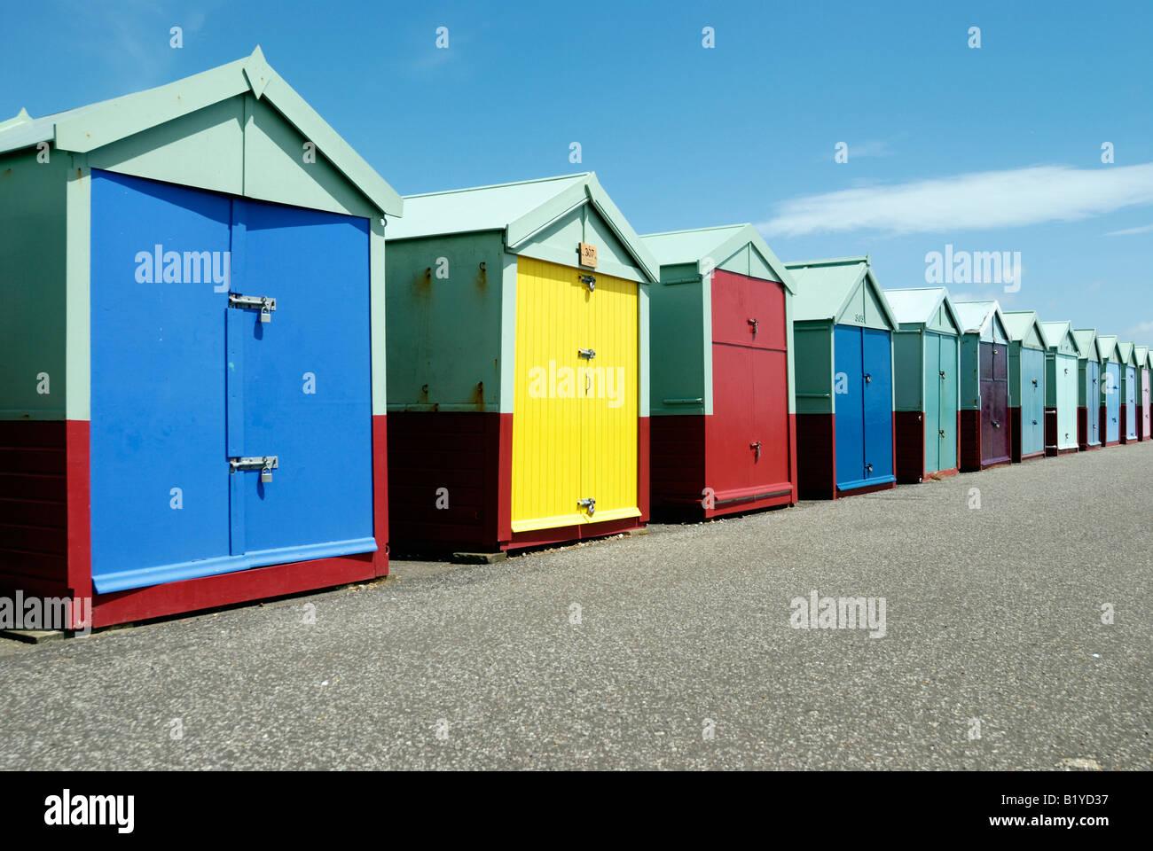 Eine Reihe von bunten Strandhütten an der Strandpromenade von Hove Stockbild