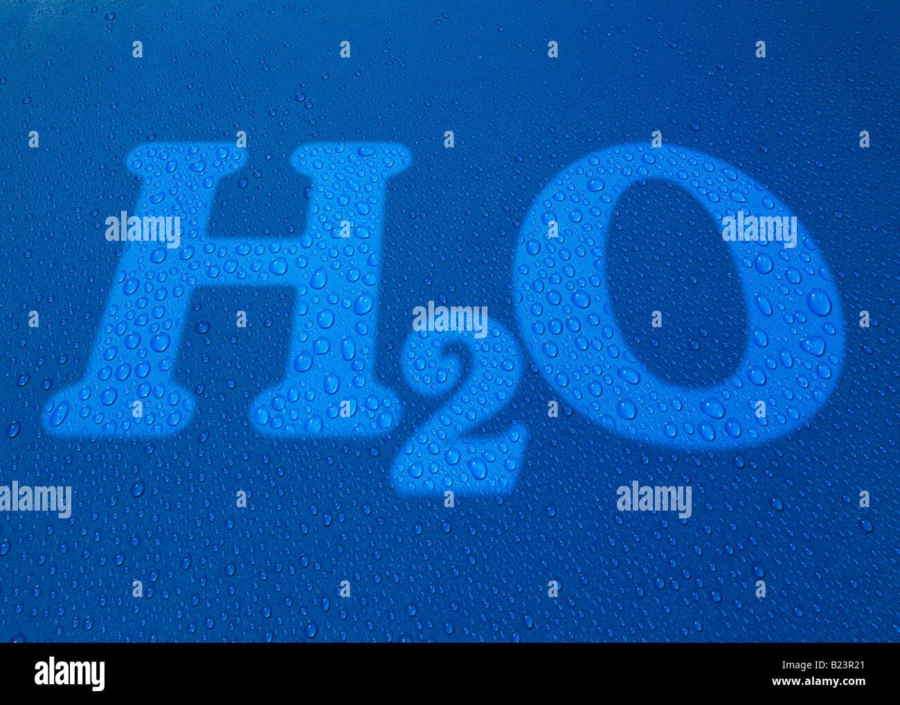 H2O Text Symbol Wassertropfen auf blauem Hintergrund Stockbild