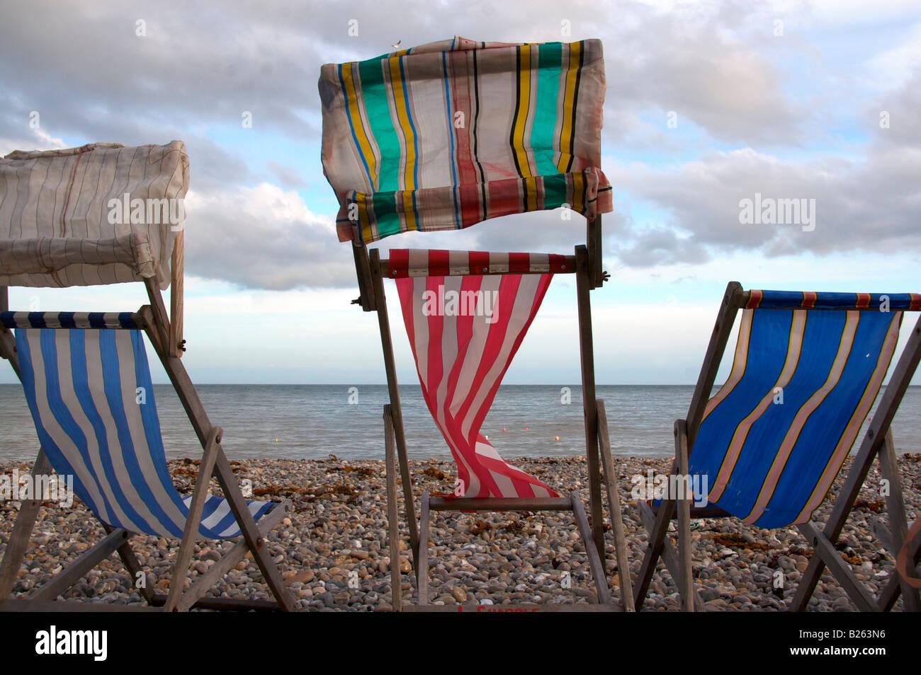 Liegestühle am Strand in Bier, Devon Stockbild