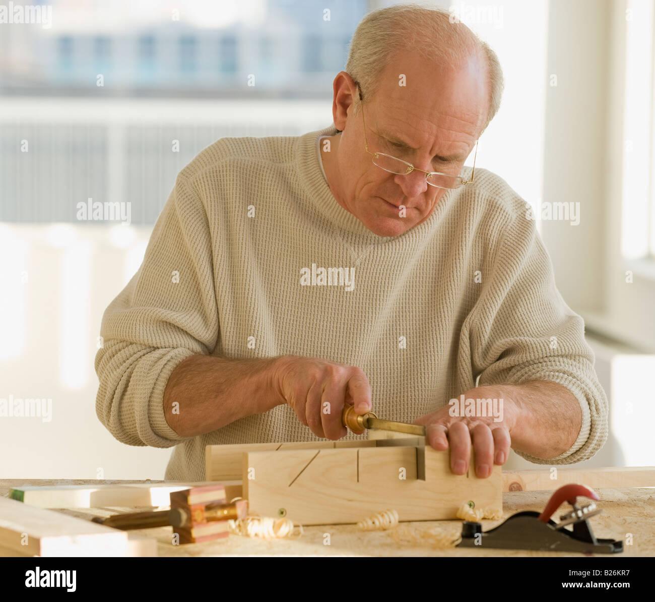 Senior woman Holzbearbeitung Stockbild