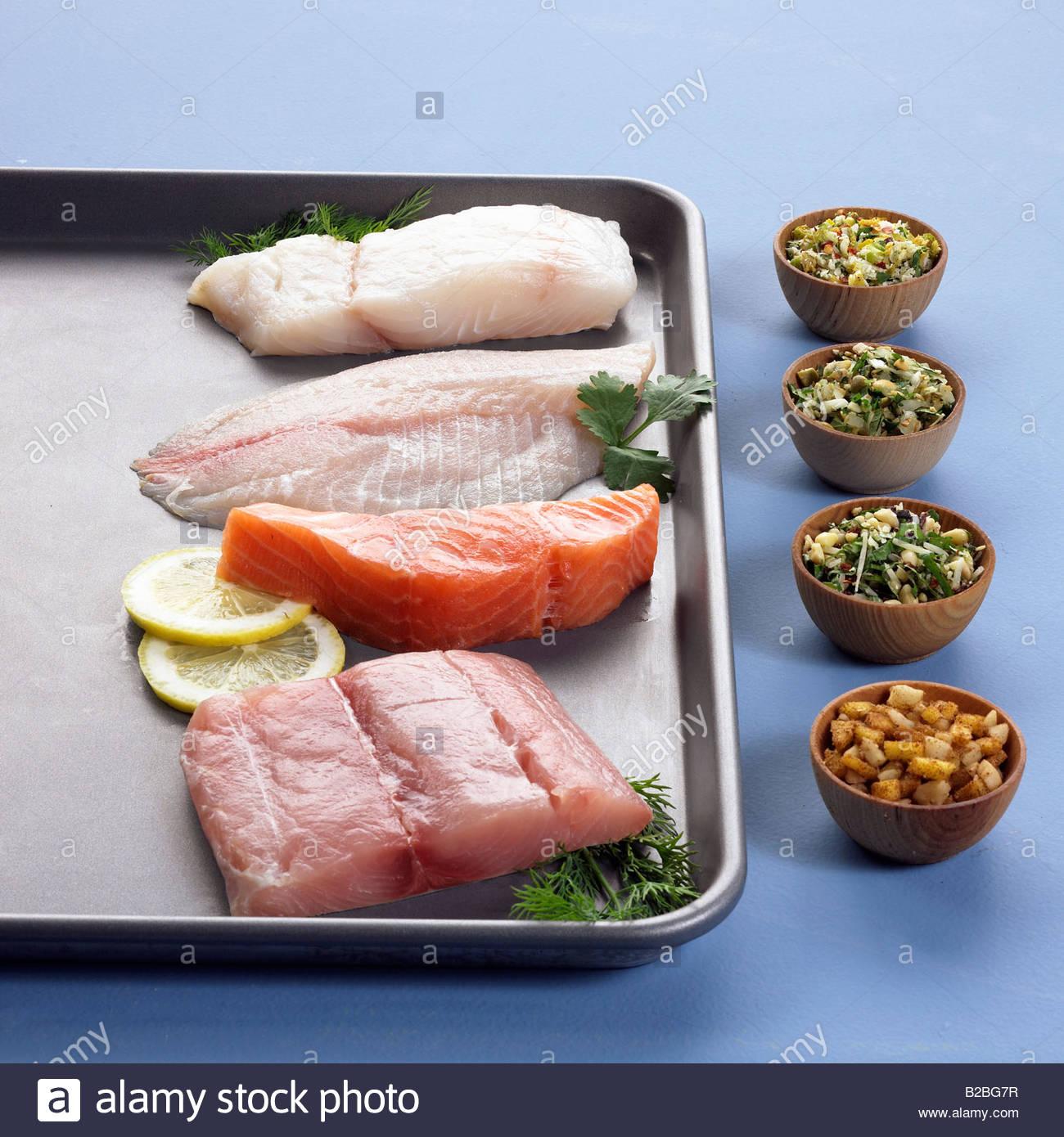 Nahaufnahme von rohen Thunfisch, Lachs, Schellfisch und Wolfsbarsch Stockbild