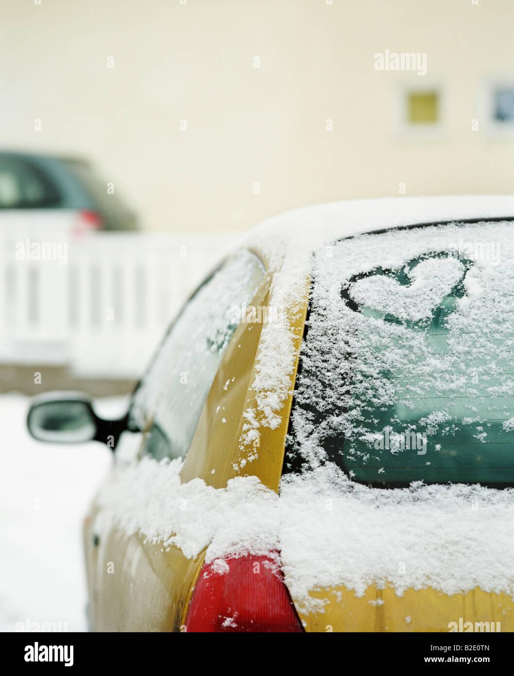 Herzform geschnitzt auf einem Auto Stockfoto