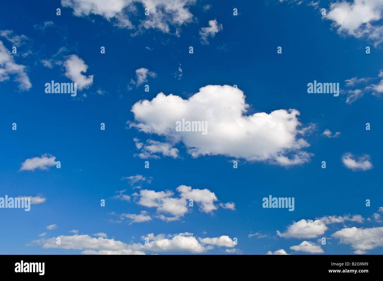 Wolken Und Himmel Blauer Himmel Mit Kleinen Weissen Wolken Deutschland Wolken und Himmel blau Himmel und kleinen Stockbild