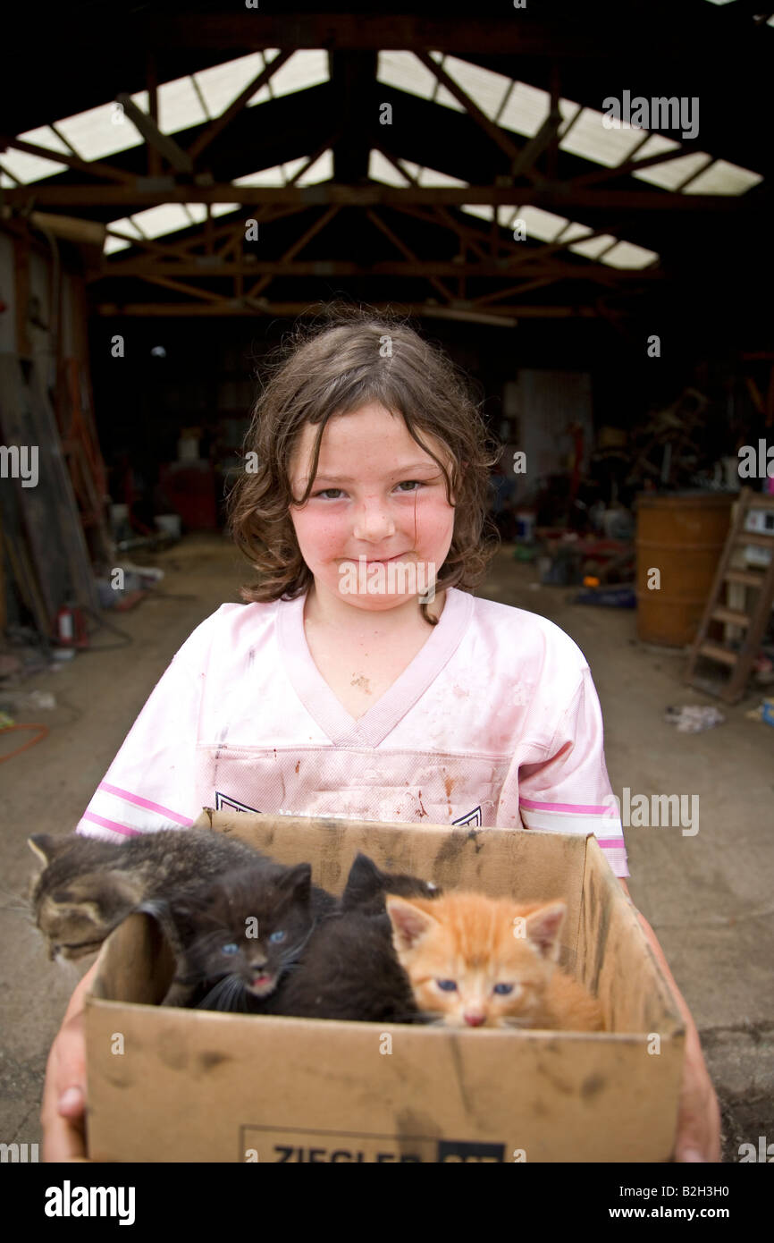 Junges Mädchen im ländlichen Iowa holding Box neue Kätzchen, Iowa, USA Stockfoto