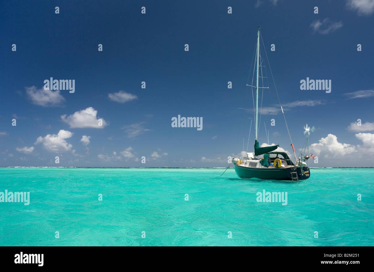 Ein einsamer Kreuzfahrt-Segelboot in der Karibik diesein war zu den Tobago Cays nur innen Horseshoe Reef Stockbild