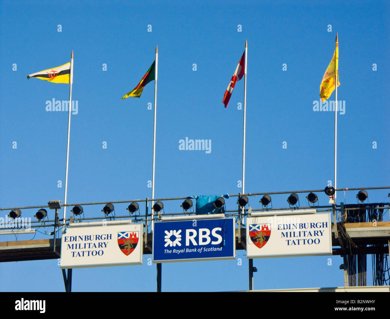 Internationale Fahne und Sponsor Zeichen Edinburgh Tattoo Stockbild