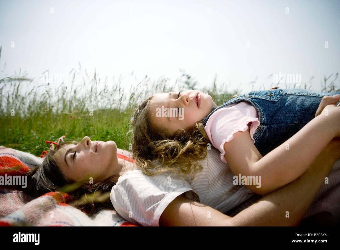 Mutter und Tochter schläft Stockbild