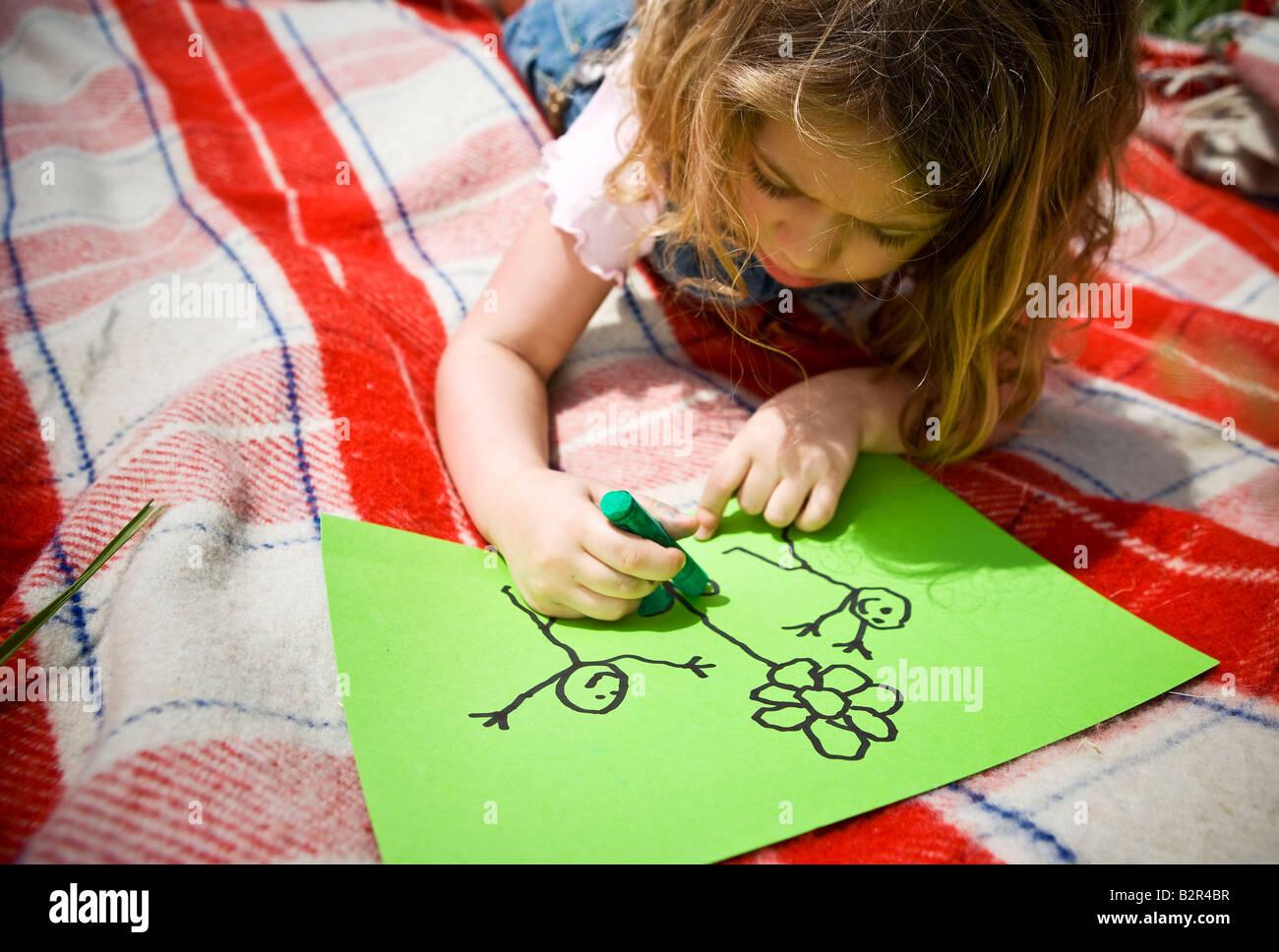 Mädchen Färbung einer Zeichnungsteils Stockbild