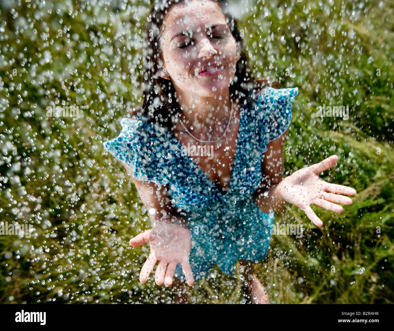 Frau im Regen stehen Stockbild