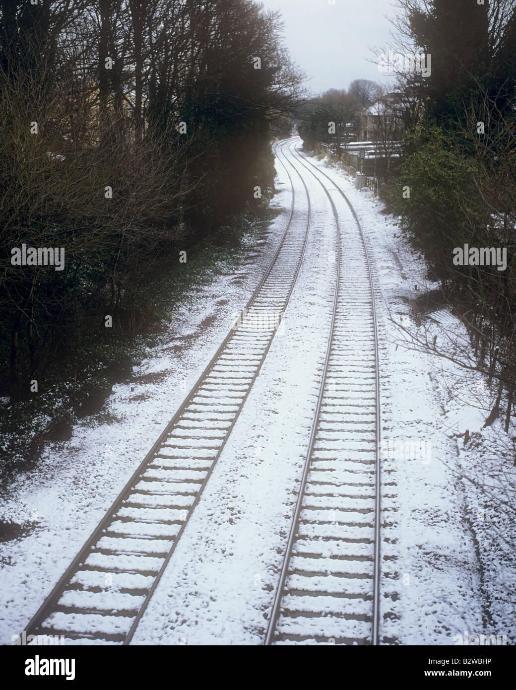 Bahnstrecke mit Schnee bedeckt Stockbild