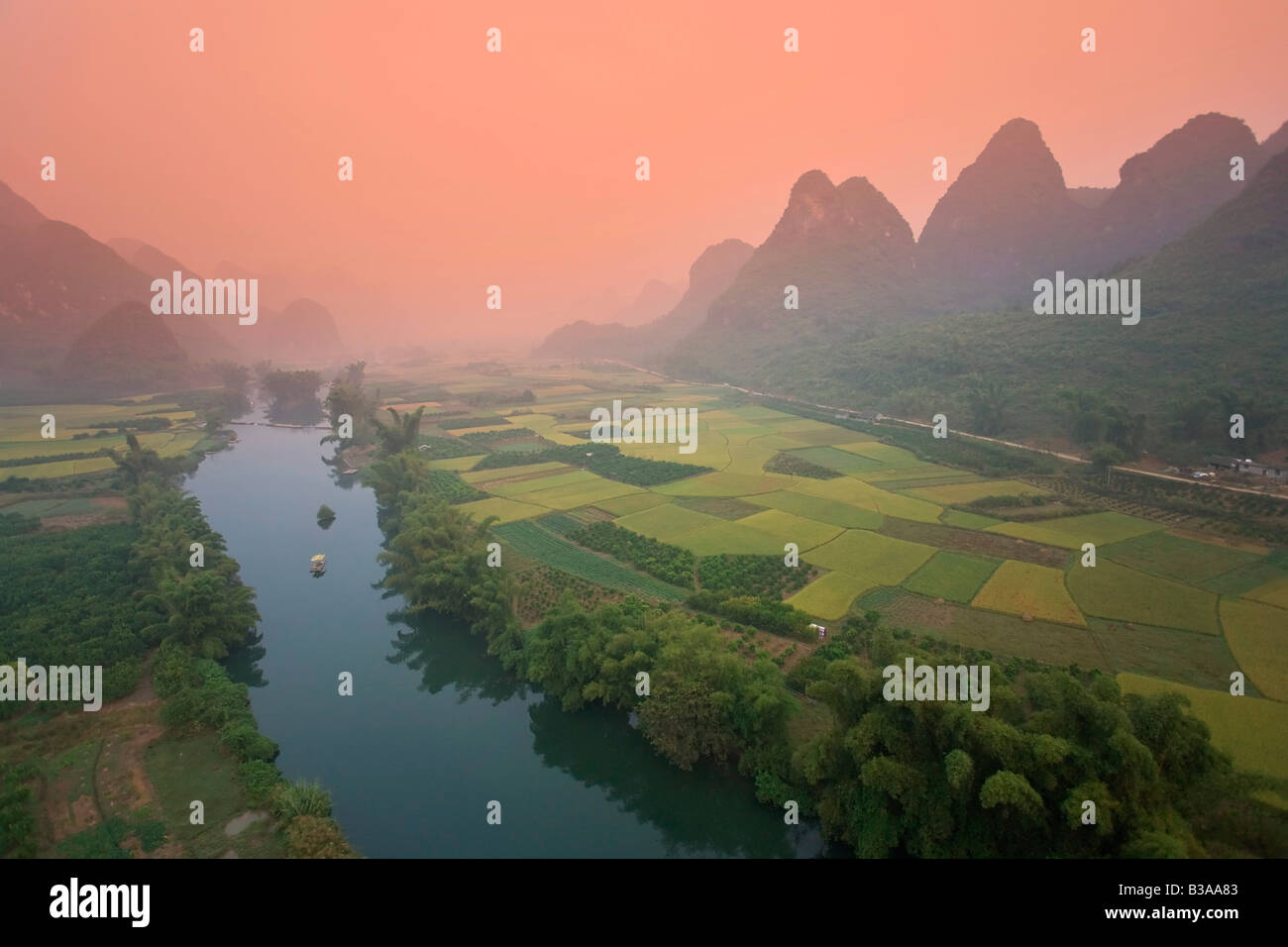 Karst-Berg-Landschaft & Li-Fluss von Heißluftballon, Yangshuo, Guilin, Provinz Guangxi, China Stockbild