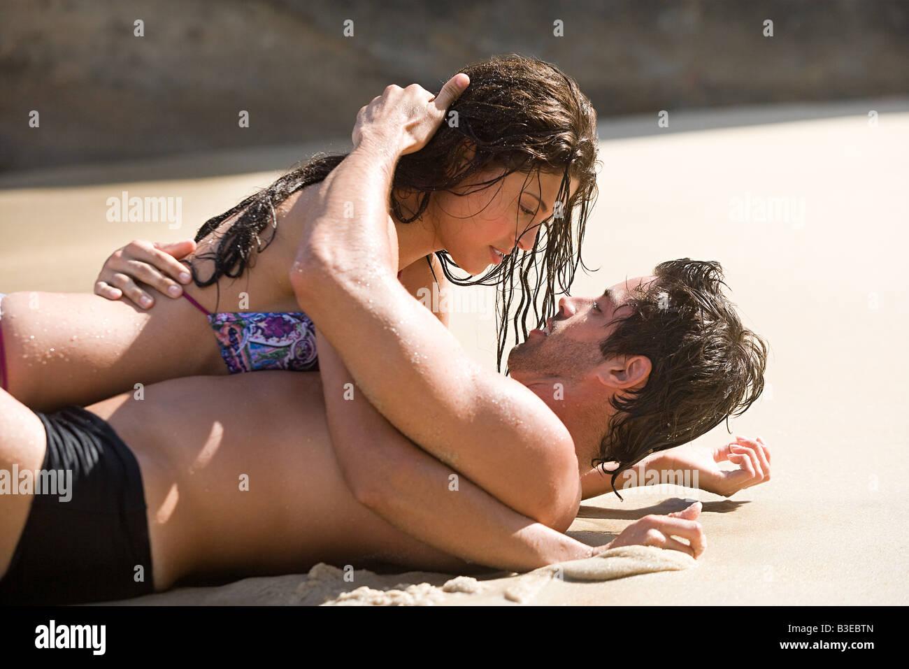 Intime paar am Strand liegen Stockbild