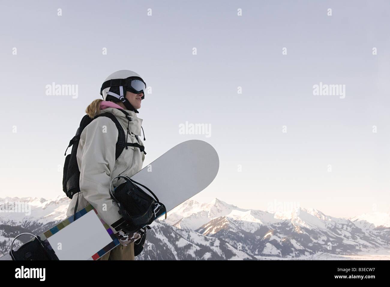 Eine Frau mit einem snowboard Stockbild