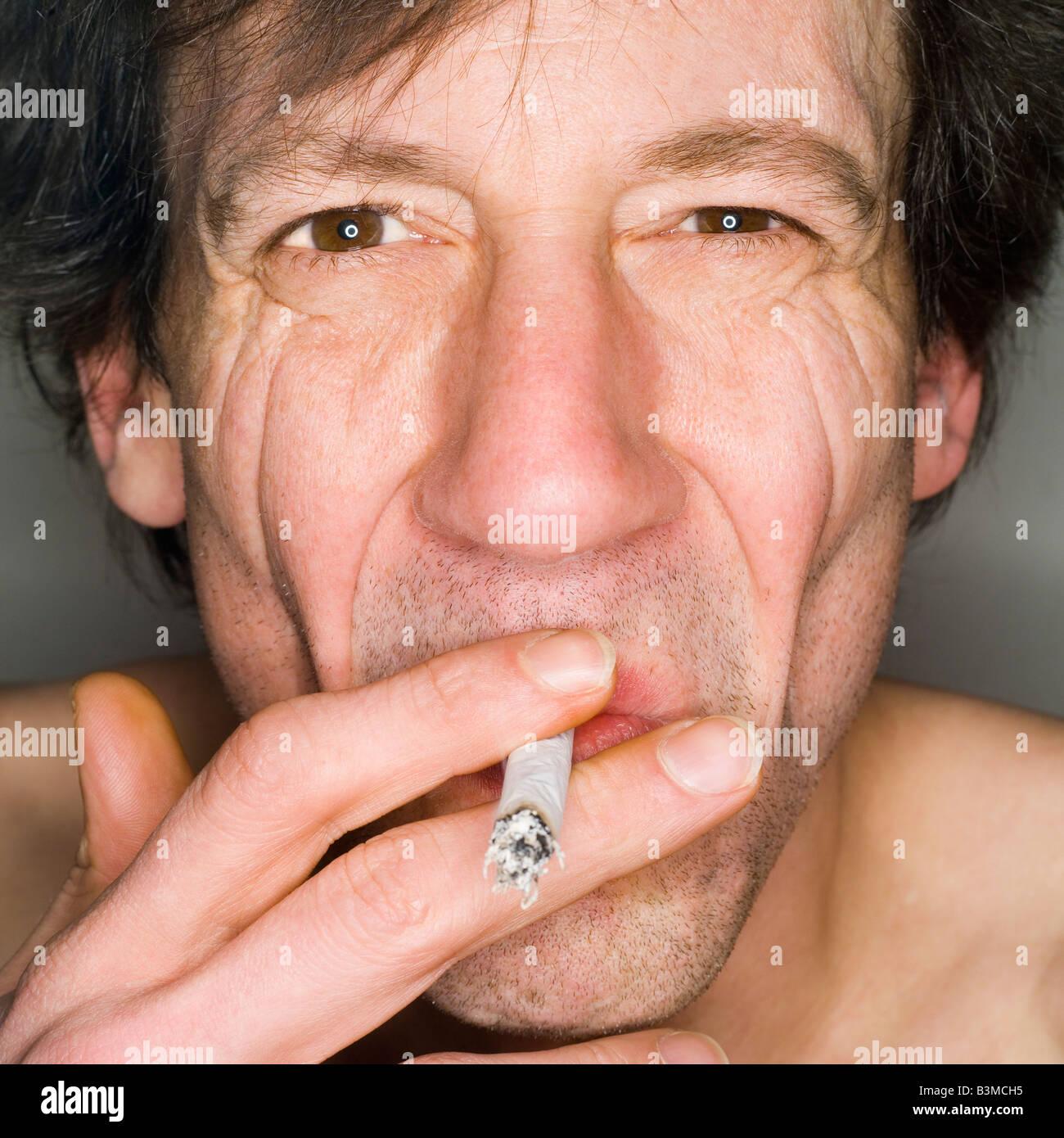Mann Rauchen, Nahaufnahme, Porträt Stockbild