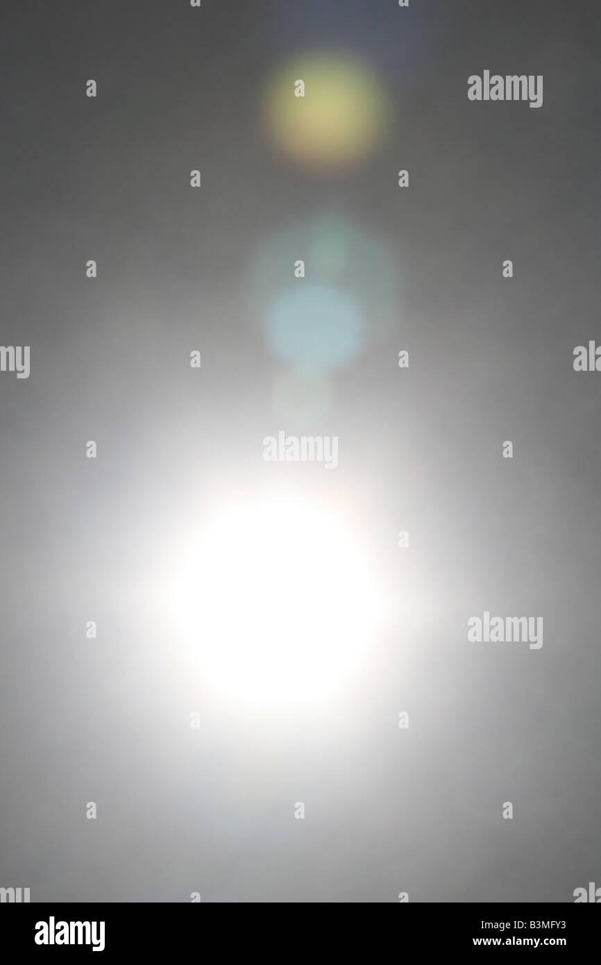 Suchen Sie in der Sonne, mit einem teilweisen Spektrum der sichtbaren Farben Linseneffekt. Stockbild