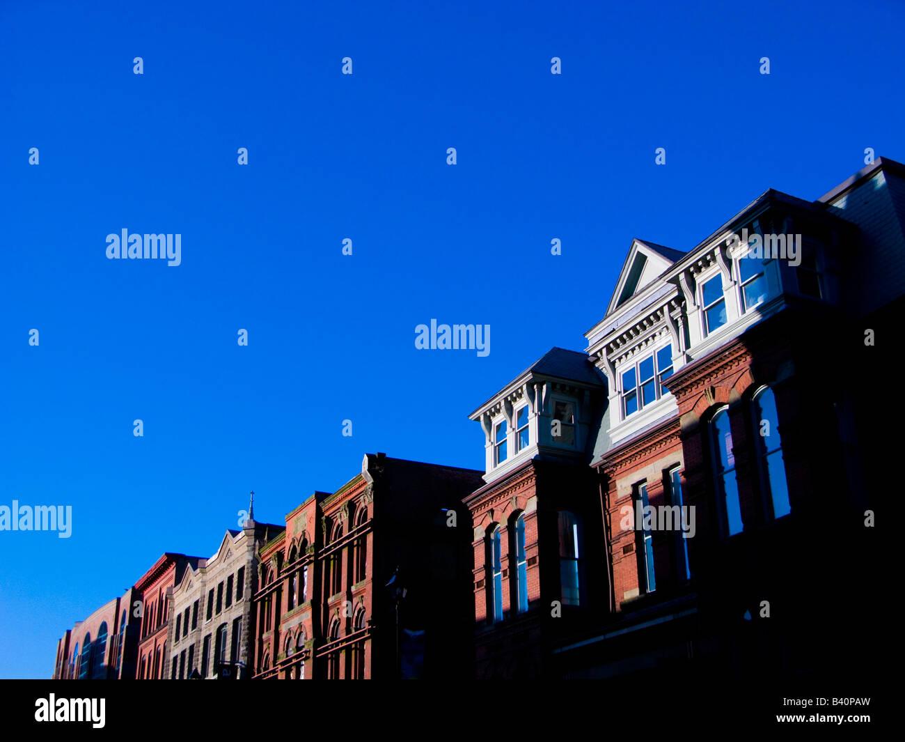 Straßenbild in der Morgendämmerung. Stockbild