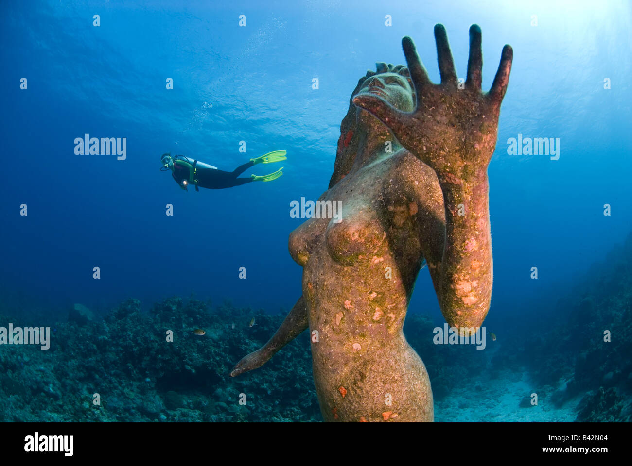 Meerjungfrau-Skulptur und Taucher Grand Cayman Karibik-Cayman-Inseln Stockbild