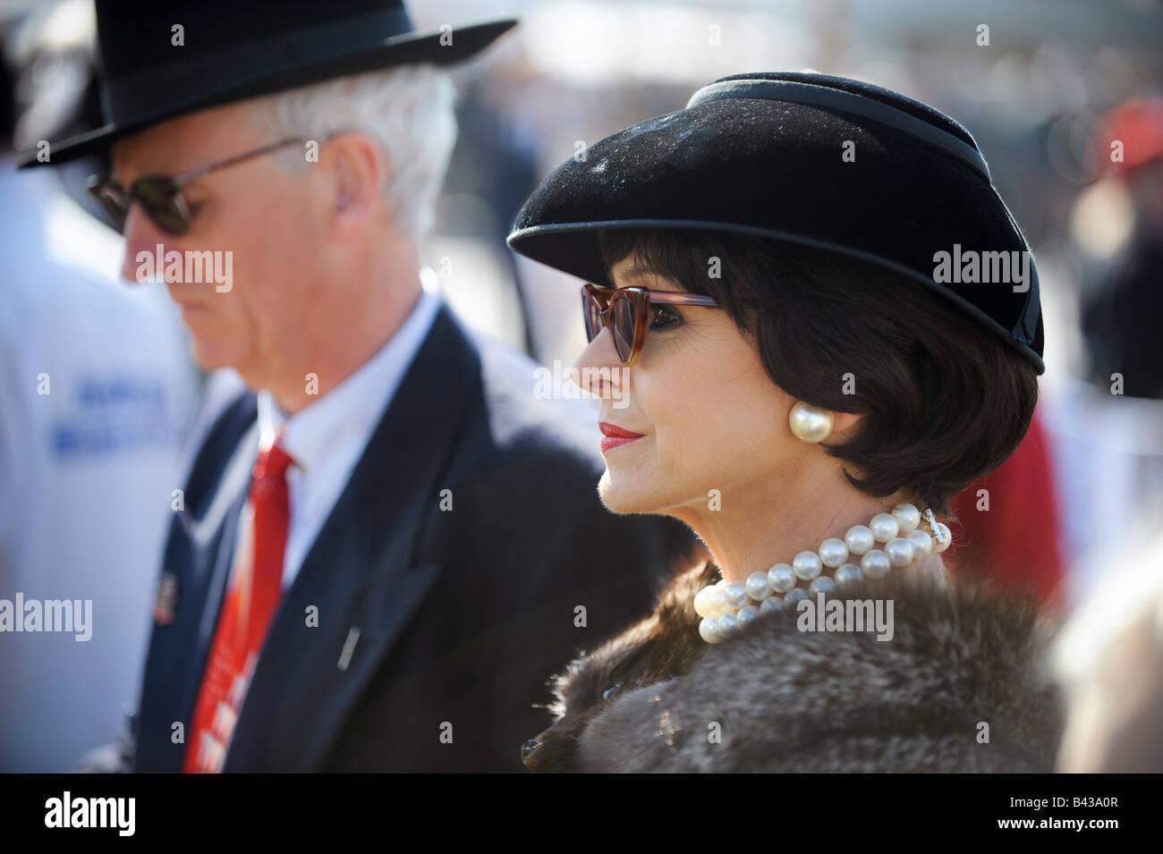 Goodwood Revival 2008 Zeit Mode samt Hut und einen Pelz Tippet. Bild von Jim Holden. Stockbild