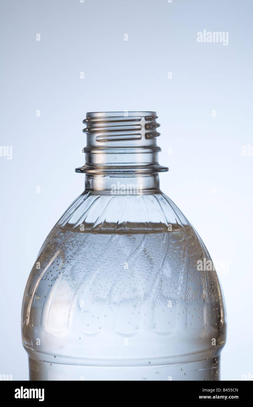Nahaufnahme der Plastikflasche Wasser h2o im Studio weißen Hintergrund vertikale. Stockbild