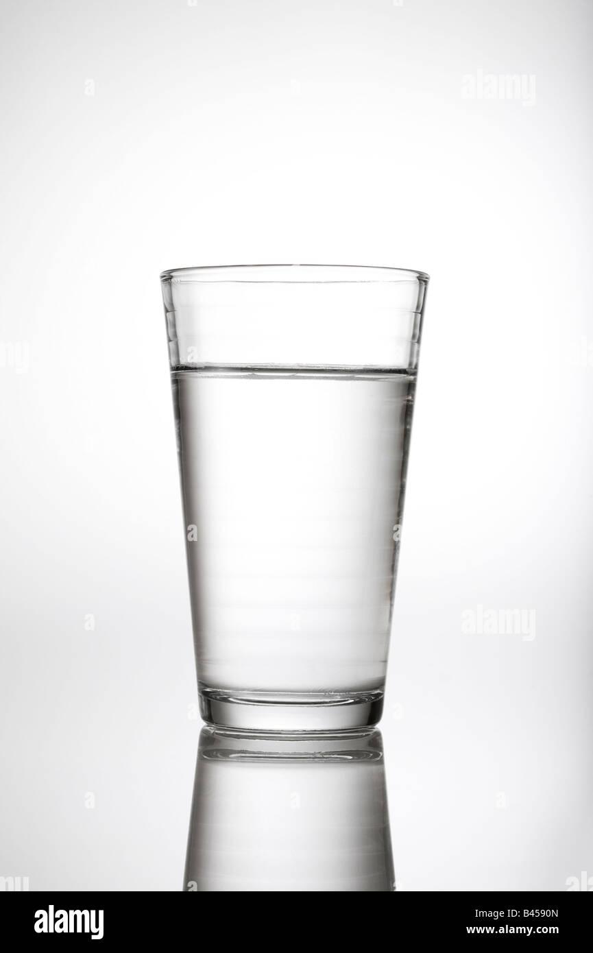 Glas Wasser h2o im Studio weißen Hintergrund mit Reflexion. Stockbild