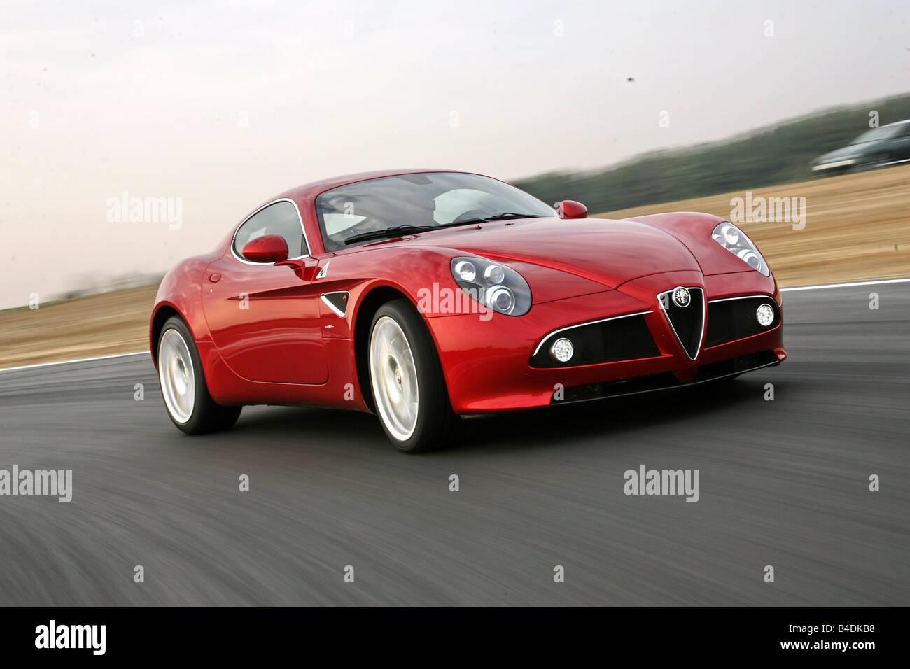 Alfa Romeo 8C, Modell Jahr 2007-rot, fahren, schräg von vorne, Vorderansicht, Einfahr-und Prüfstrecke Stockbild