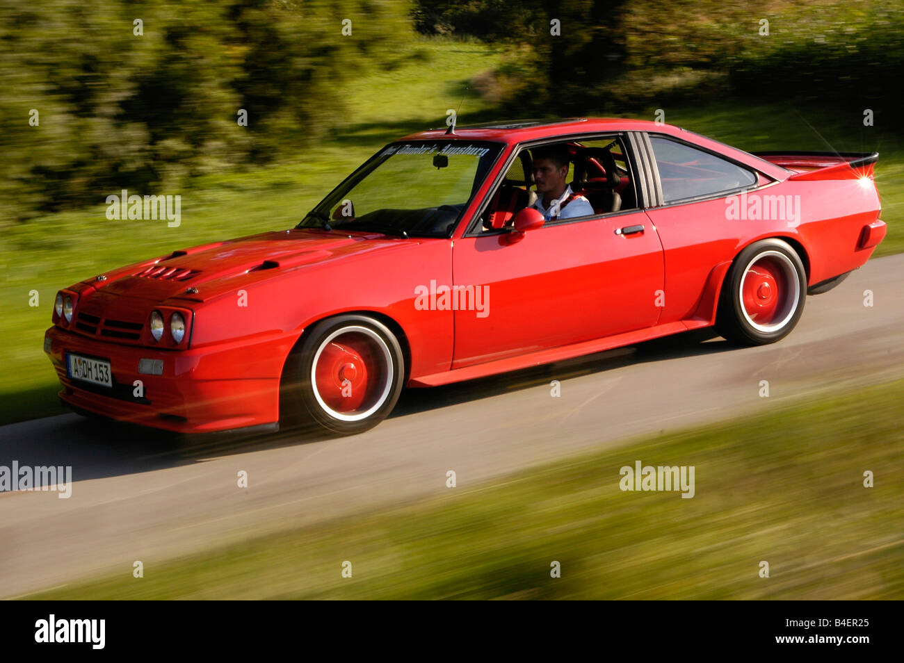 auto opel manta b baujahr 1983 rot coup coupe oldtimer 1980er jahre 80er jahre fahren. Black Bedroom Furniture Sets. Home Design Ideas