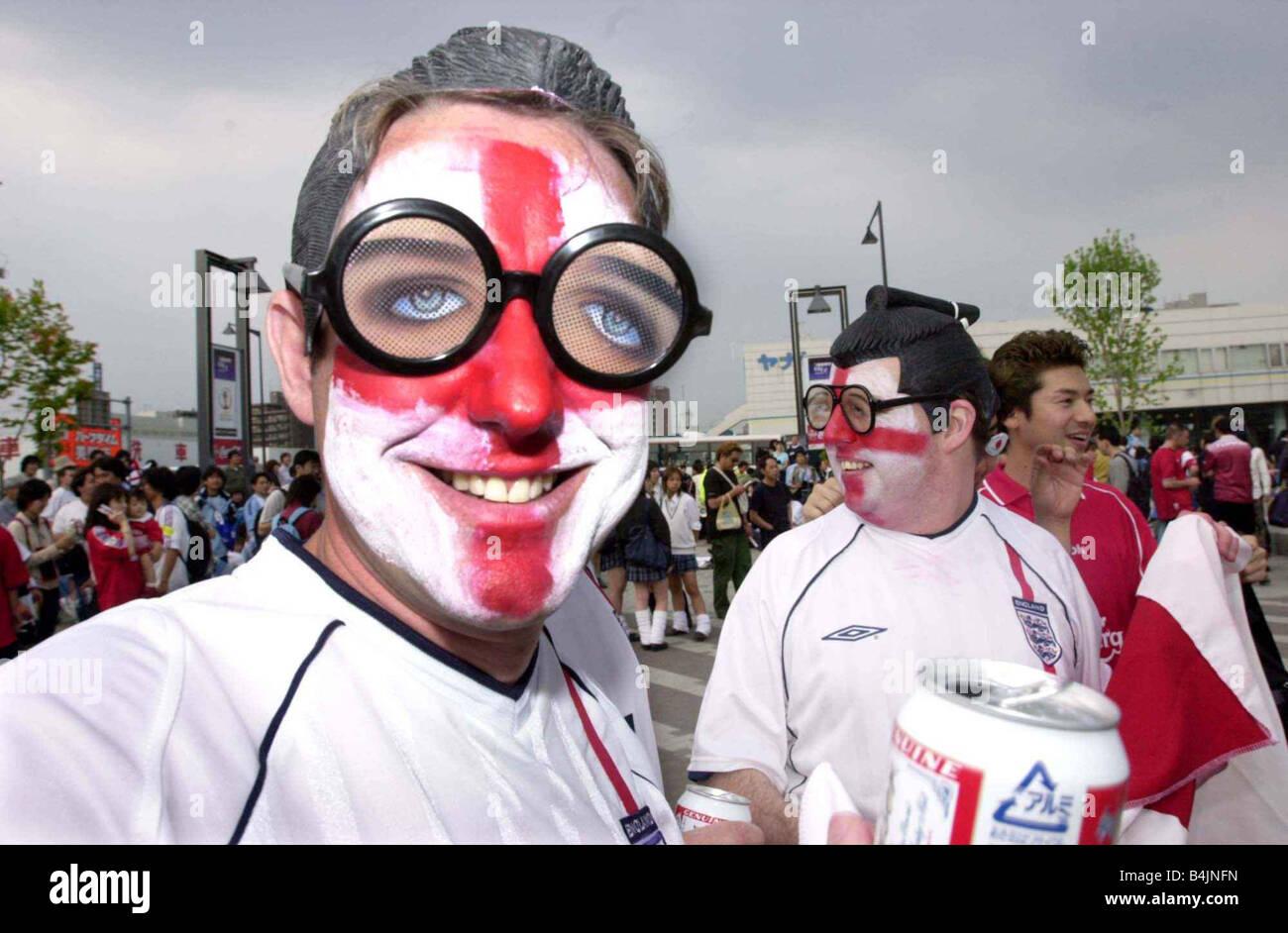 England Fans Fußballfans Juni 2002 Bild feiert nach Sieg gegen Argentinien-England-Fans gekleidet wie bei japanischen Stockbild