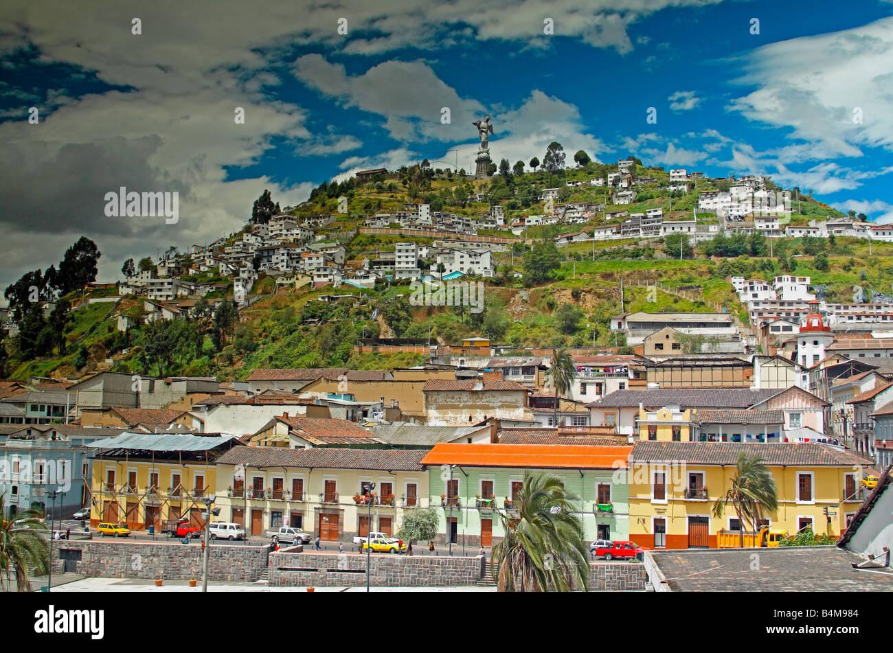 Statue der Jungfrau von Quito, mit Blick auf die Altstadt von Quito, Ecuador Stockbild