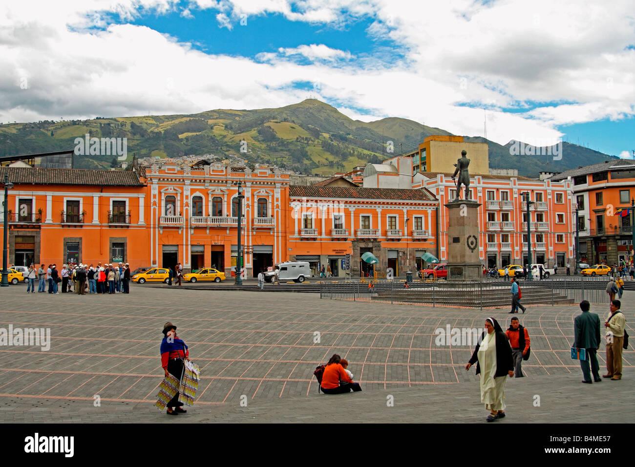 Plaza Santo Domingo, Quito, Ecuador. Statue, fangen Sie Marschall Antonio José de Sucre und Pichincha Vulkan Stockbild
