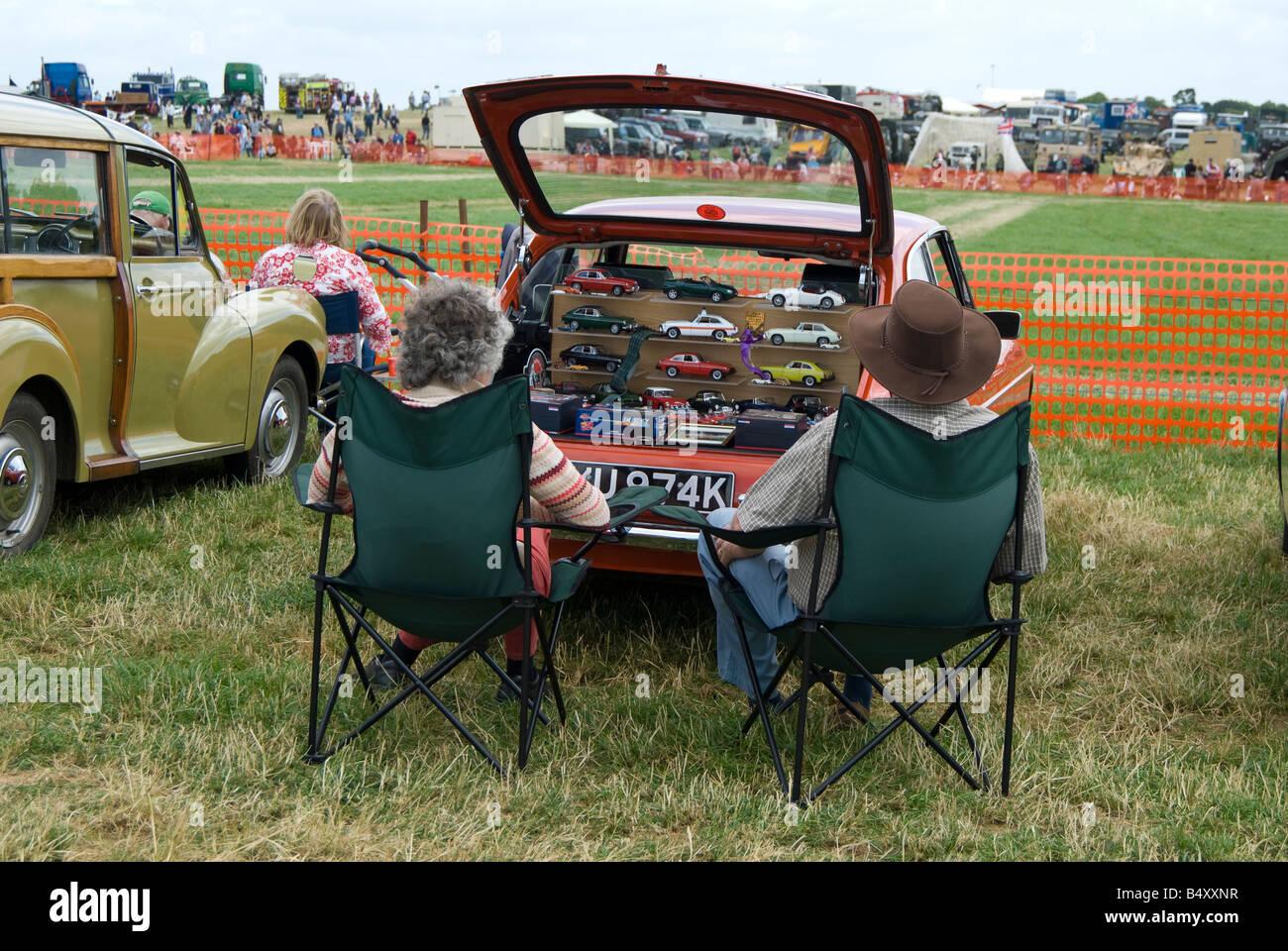 Ein paar setzen Sie sich mit ihrer MGB-Sportwagen, bei einer Rallye Enthusiasten in ist eine Sammlung von Modellautos Stockbild