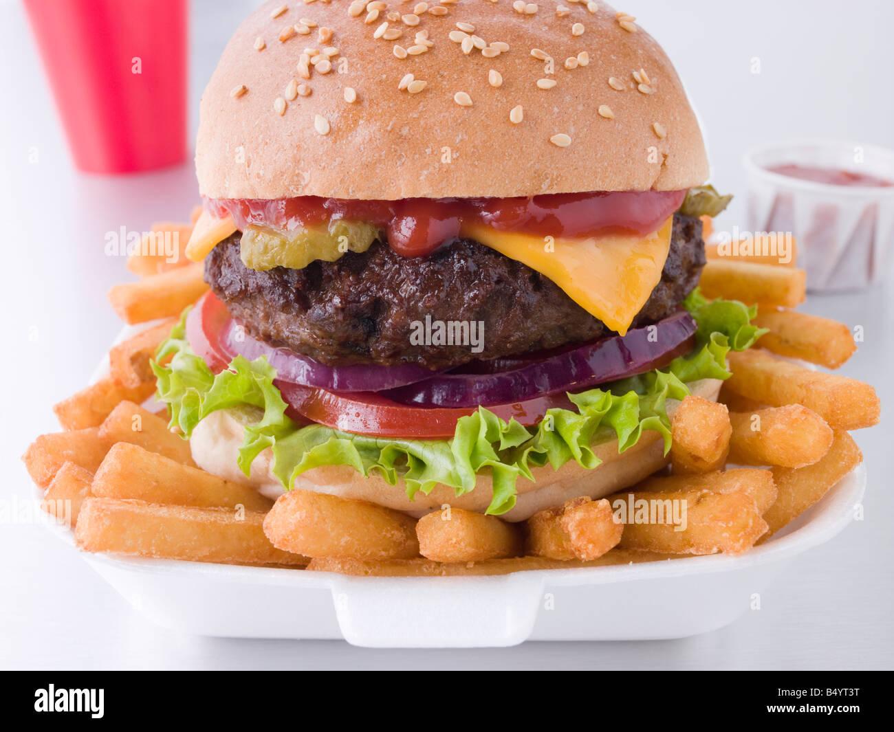 Cheeseburger In einem Sesam Brötchen mit Pommes frites Stockfoto