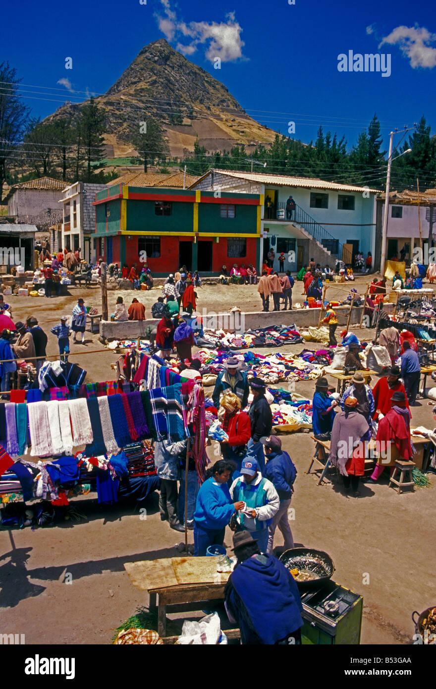 Ecuadorianer Person neue und gebrauchte Kleidung Lieferanten am Markttag Zumbahua Cotopaxi Provinz Ecuador Südamerika Stockfoto