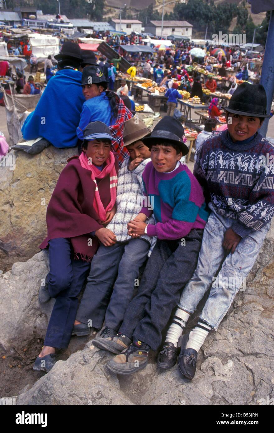 Ecuadorans, ecuadorianischen, Jungen, jungen, Kinder, Vorderansicht, indischen Markt, Markt, Marktplatz, zumbahua, Stockfoto