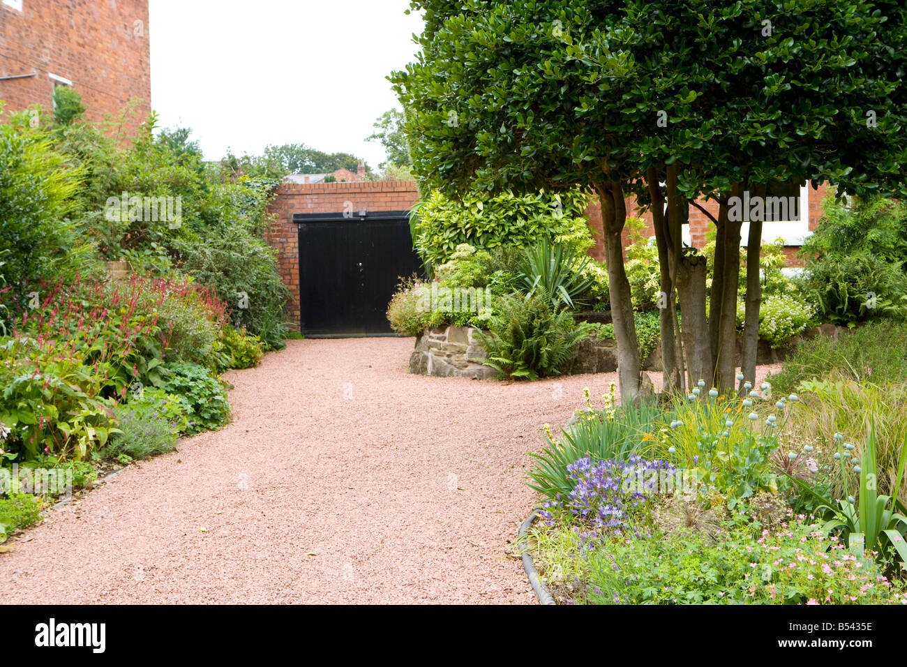gravel driveway stockfotos gravel driveway bilder alamy. Black Bedroom Furniture Sets. Home Design Ideas