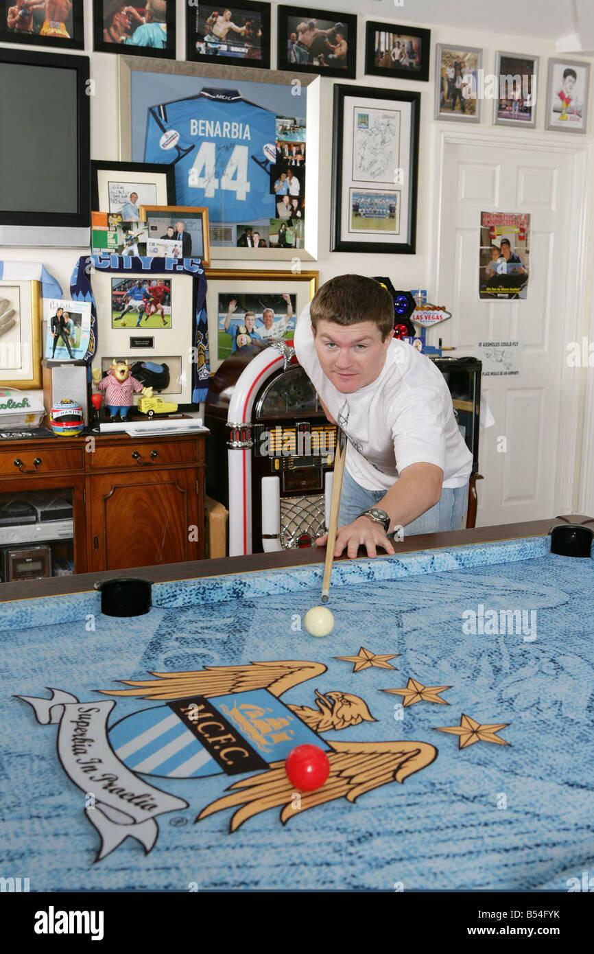 Boxweltmeister Ricky Hatton zu Hause in Hyde bedeckt 17. August 2007 Billard auf seinem eigens eingebrachten seiner Stockbild