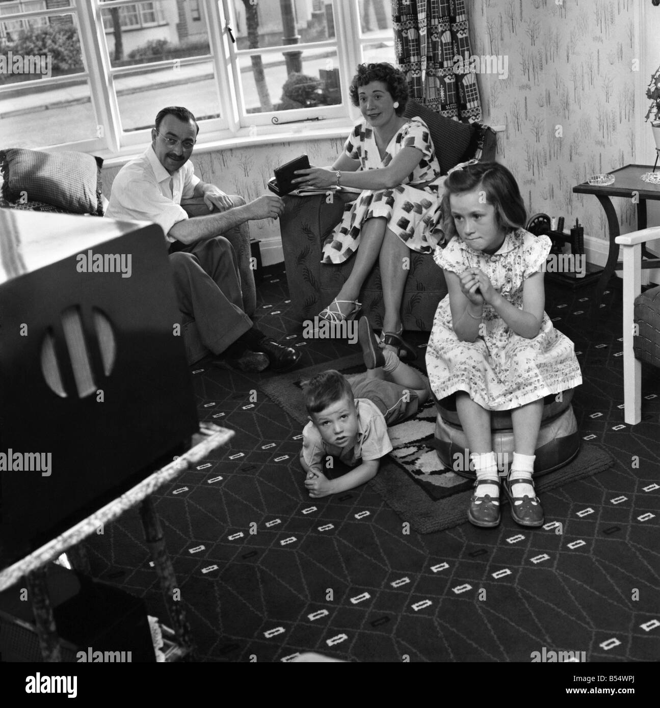 family watching tv 1960s stockfotos family watching tv 1960s bilder alamy. Black Bedroom Furniture Sets. Home Design Ideas