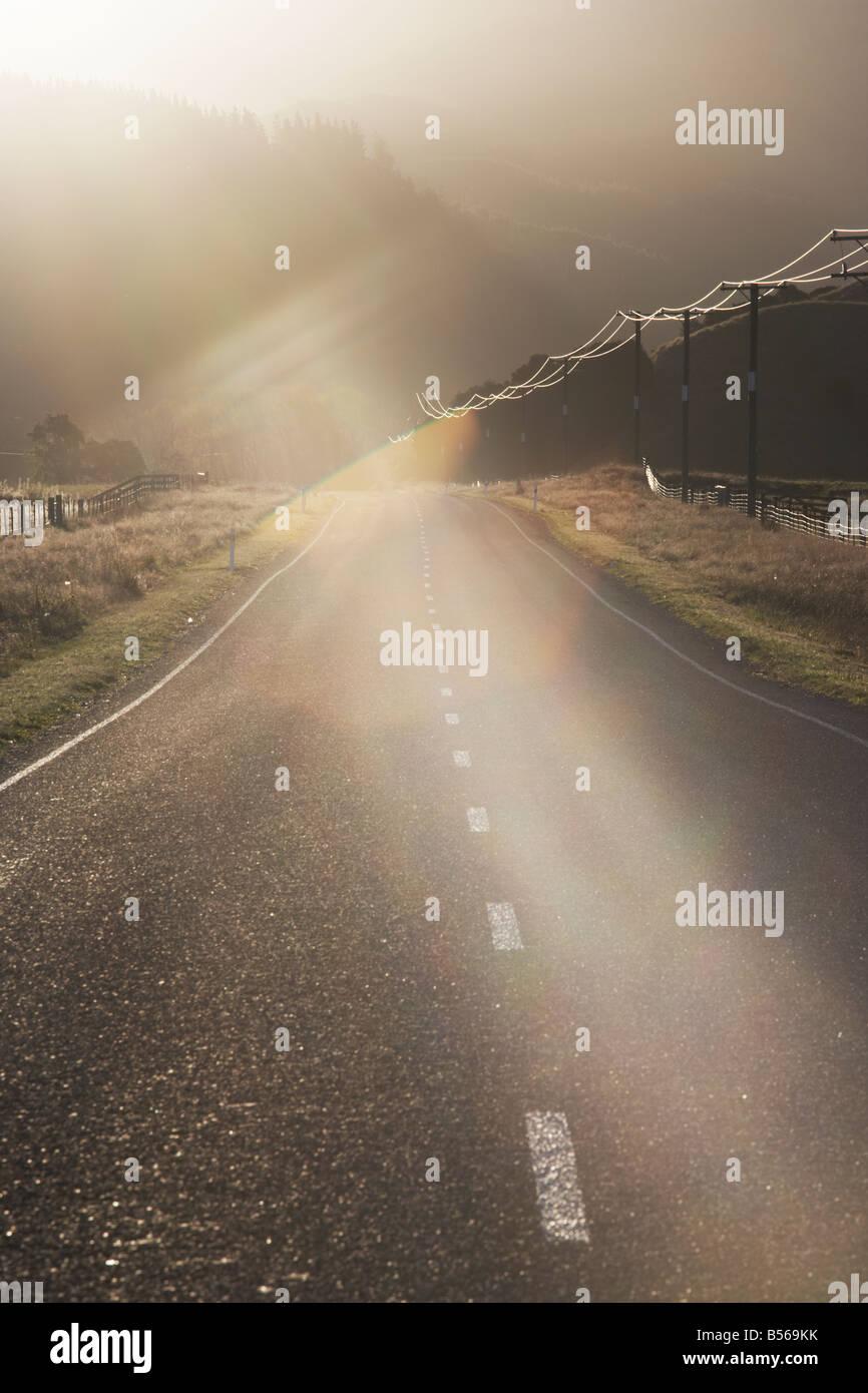 Straßen- und Telegraph Drähte in die Sonne und die Berge Lewis Pass Christchurch und Canterbury Neuseeland Stockbild